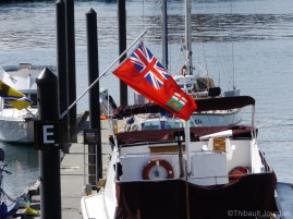 On retrouve le drapeau manitobain au port de Victoria / Manitoban flag fluttering in the wind in Victoria's port