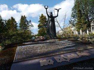 Une plaque et une statue rappellent l'engagement des Brigades internationales dans la guerre civile espagnole de 1936-39, et en particulier l'histoire de batallion Mackenzie–Papineau / A plaque and a statue remind the role played by the Mackenzie–Papineau battalion involved in the International Brigades during the Spanish civil war, 1936-1939.